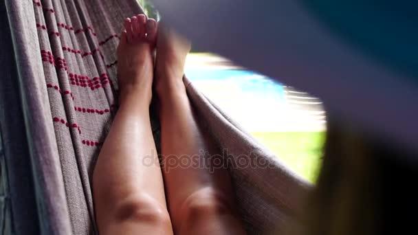 Žena odpočívající na houpací síti