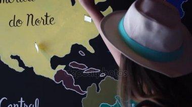 Utazó nő elhelyezés Pin helyre utazott országok a térképen