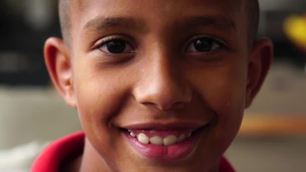 Portrét chlapce při pohledu fotoaparát