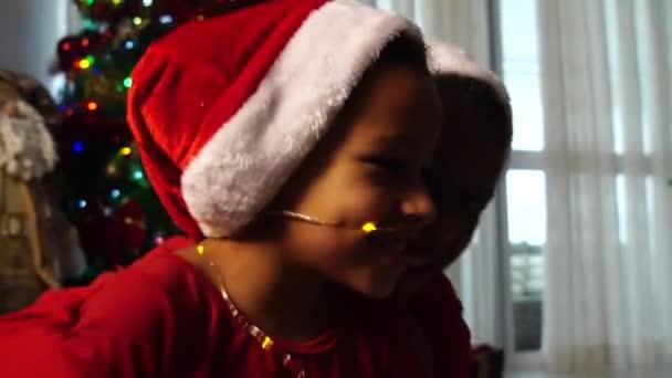 Kinder spielen mit Weihnachtsbeleuchtung