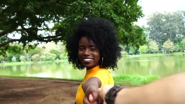Přítelkyně po a drželi se za ruce