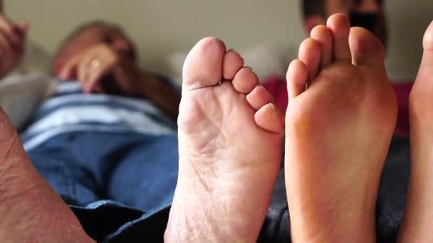 Stop přátel/otec a syn hraje na posteli