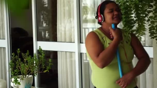 Haushälterin mit Besen tanzen