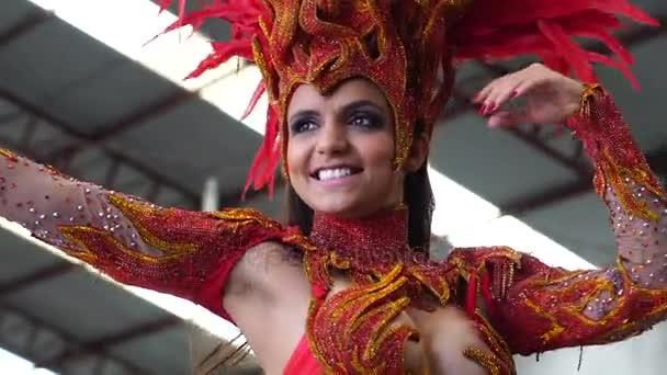 Frau im Karnevalskostüm tanzt Samba