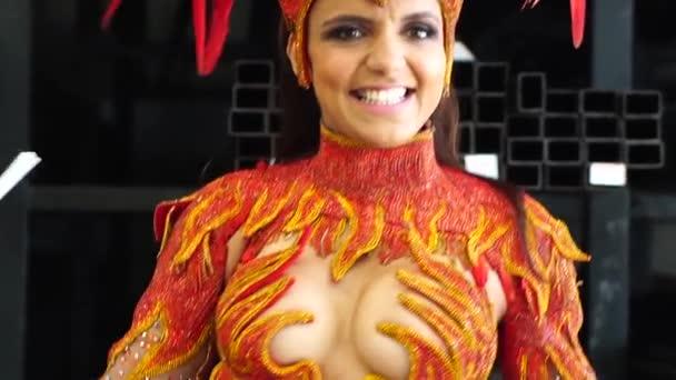 Žena nosí karnevalový kostým tance Samba - Zpomalený pohyb
