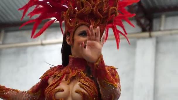 Žena nosí karnevalový kostým tance Samba