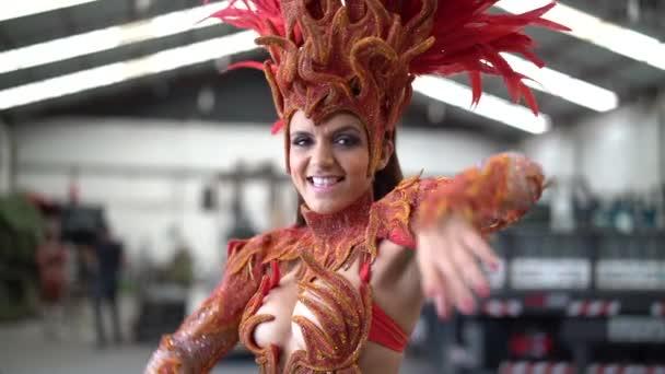 Nő visel farsangi jelmez tánc a Samba - lassú mozgás