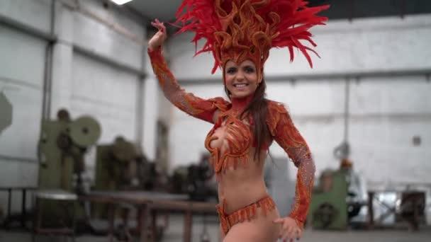 Nő visel farsangi jelmez tánc a Samba