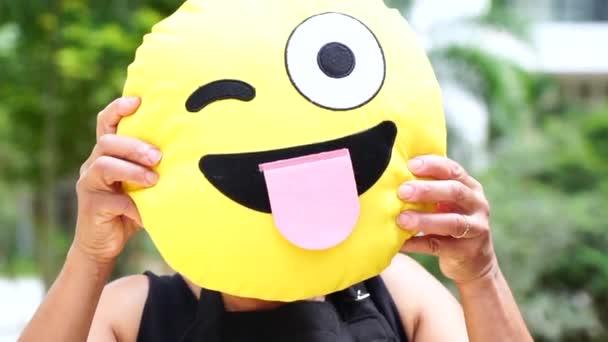 Žena ukazuje tvář legrační emoce