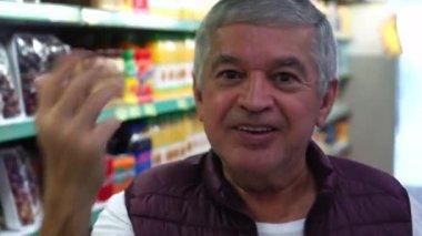 Idősebb ember meghívó valaki-hoz jön-szupermarket