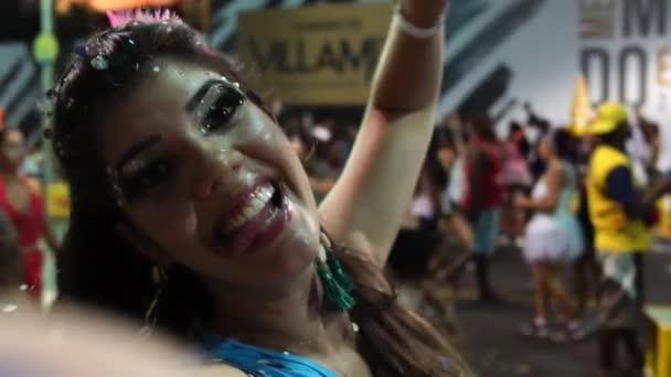 Nő táncol és konfetti: Bahia brazil karnevál, Salvador ünnepli