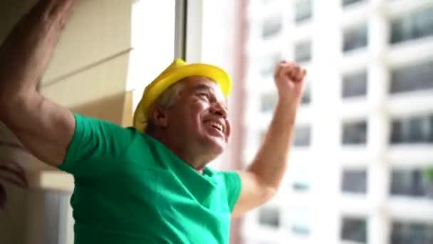 Brazilské muž slaví vítězství Brazílie