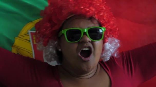 Portugál nő ünneplő nemzeti zászló