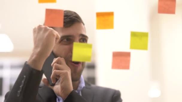 Így egy mobil találkozót Öntapadó jegyzet ütemezés ablakban üzletember