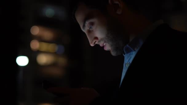 Geschäftsmann mit mobilen nachts