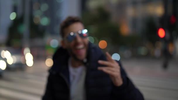 A város éjjel a fiatal utazók portré