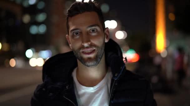 Porträt eines Mannes bei Nacht