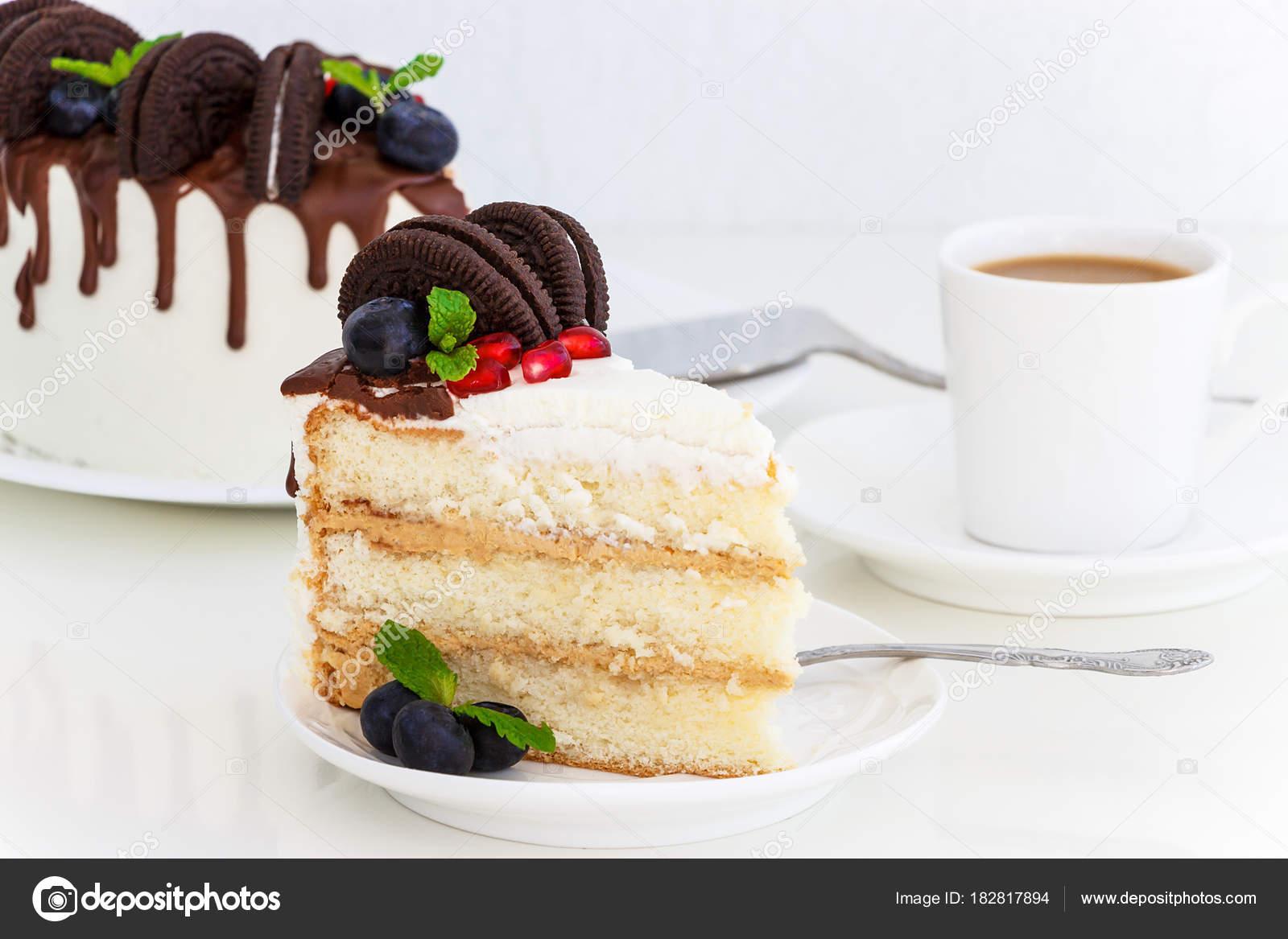 Stuck Vanille Torte Mit Frischen Beeren Frischkase Und Schokolade