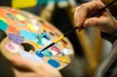 umělec malováním s akrylové barvy a míšení tónů