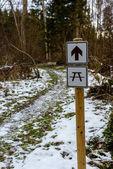 Fényképek téli vidéki táj road és irányát jelző jel