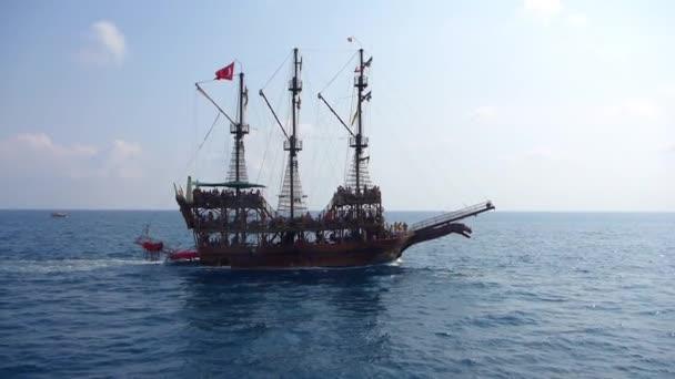 starobylé pirátské lodi plující po moři