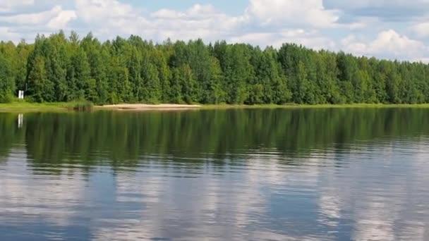 Řeka Svir v severním Rusku v letní den