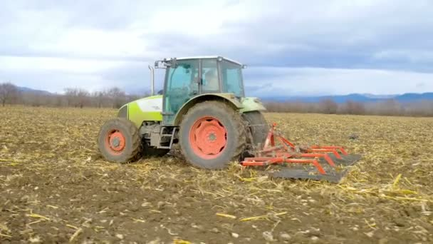 traktor kultivovat půdu agro pole