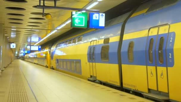 stanice metra s žlutým vlakem na mezinárodní letiště v Amsterdamu