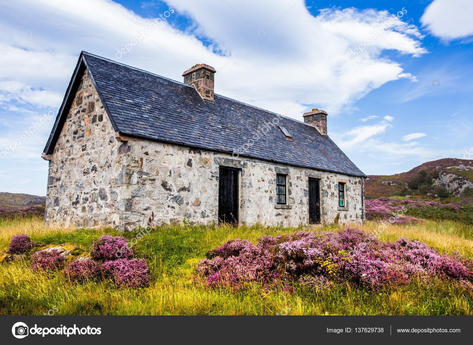 スコットランドの白いコテージ諸...