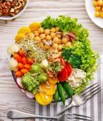 Buddha mísa, zdravá a vyvážená veganská jídla, čerstvý salát s řadou zeleniny, zdravé stravovací koncept. Pohled shora