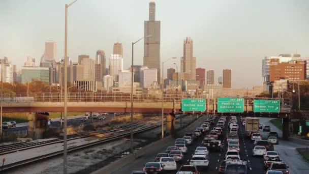 rychlý pohyb aut na silnicích ve městě, dopravní zácpy Chicago