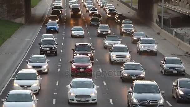 dálnice silnice ve městě, auta jít s zahrnuty světlomety