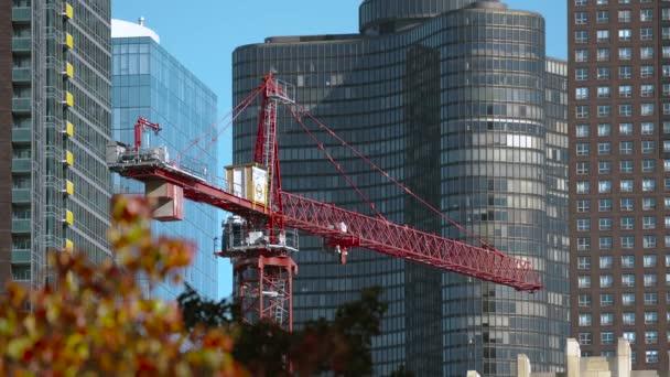 Výškové budovy ve výstavbě s jeřáb pracuje na pozadí oblohy s slunci 4k
