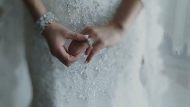 Velmi krásný snubní prsten na prst nevěsty