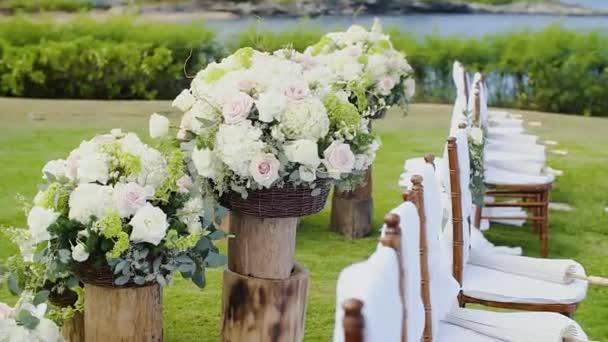 decorazioni di fiori di nozze in legno si trova vicino a belle sedie la cerimonia di nozze su resort sulla montage kapalua, maui, hawaii