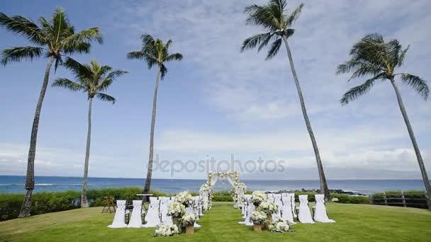 decorazione di matrimonio romantico con fiori, sedie e bellissimo arco su resort montage capalua sullo sfondo delloceano su maui, hawii