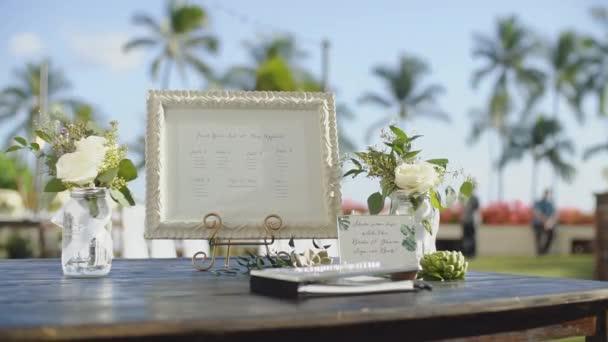 hodnocení seznamu v bílém rámu mezi vázy s růží na svatební stůl, uchýlit hyatt, maui, Havaj