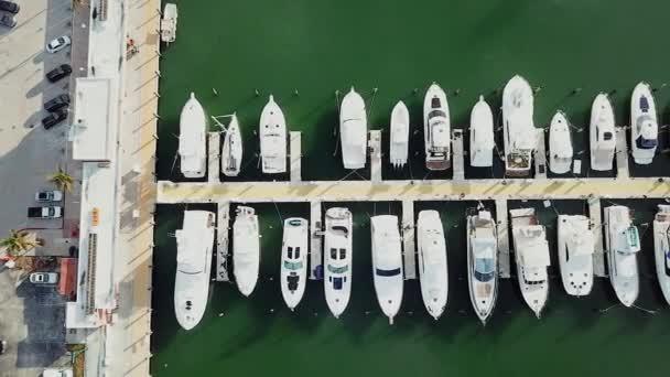 légi felvétel a hajók és jachtok miami kikötő, sunny isles beach