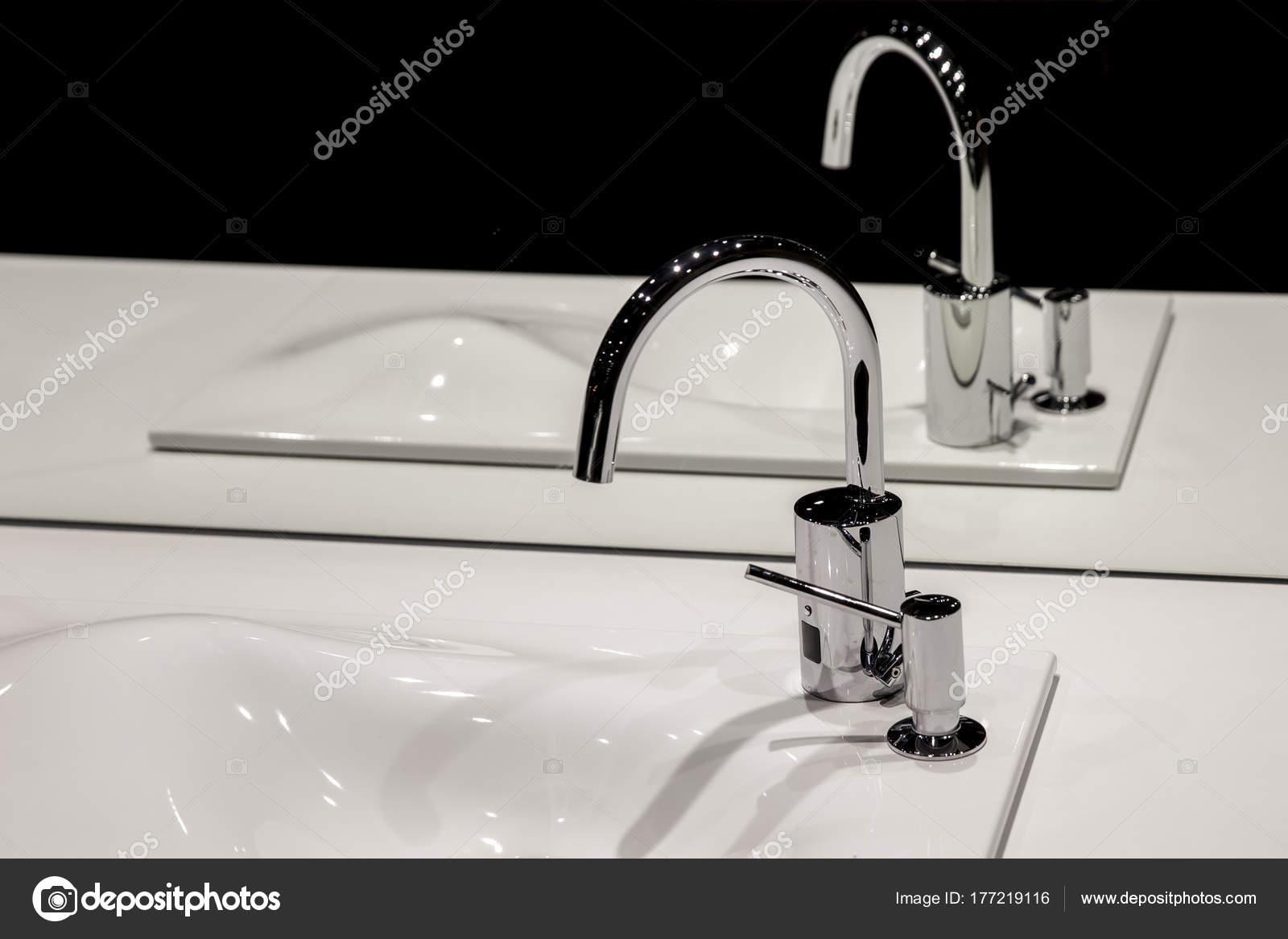 Chrom Armatur Mit Waschbecken Und Ein Modernes Bad Schwarz U2014 Foto Von  Fotosr52