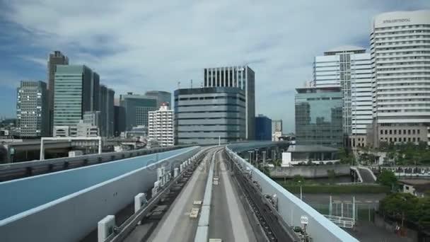 Zeitraffer-Ansicht des inneren automatischen Zuges im letzten Drehgestell, der sich von einem fahrerlosen Yurikamome-Zug in Daiba, Tokio, Japan bewegt