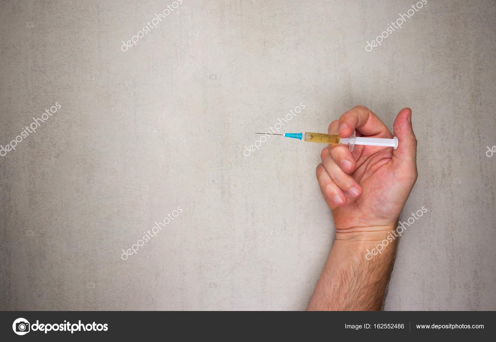 Mano Masculina Con Jeringas Desechables Para Inyección Sobre