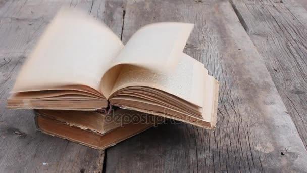 silný nárazový vítr otočí stránky staré otevřené knihy