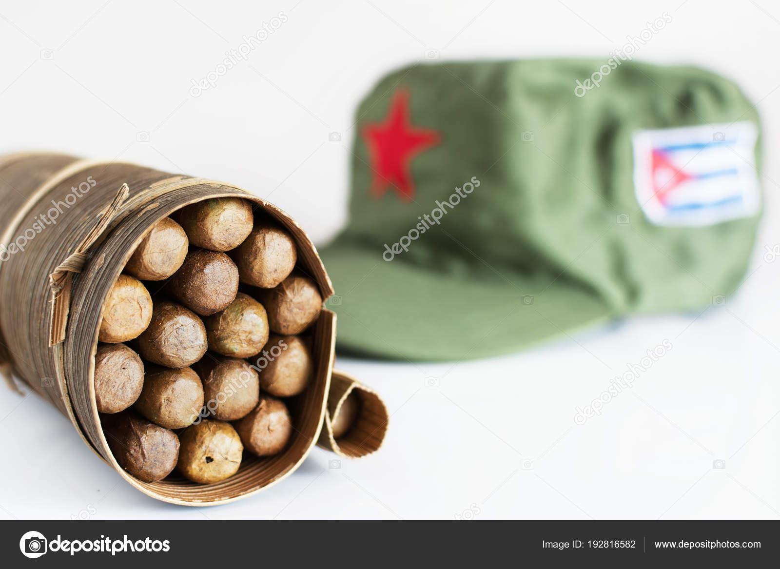 Alcuni sigari cubani arrotolato in foglie di banano e berretto militare  sullo sfondo — Foto di adamico 2860d50479f0
