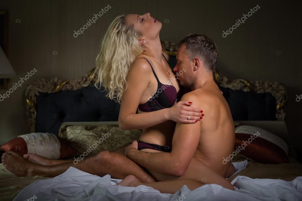 Мужчина нежно целует грудь женщины когда она читает журнал а потом о