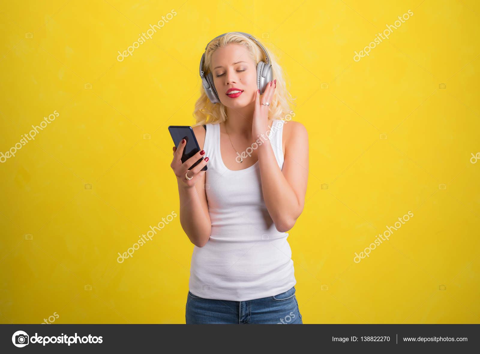 Femme écoutant De La Musique Sur Le Casque Sans Fil Photographie