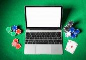 Přenosný počítač na pokerovém stole