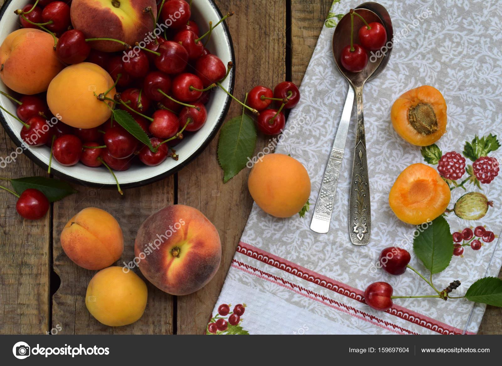 Frisches Obst und Beeren auf hölzernen Hintergrund. Reife süße ...