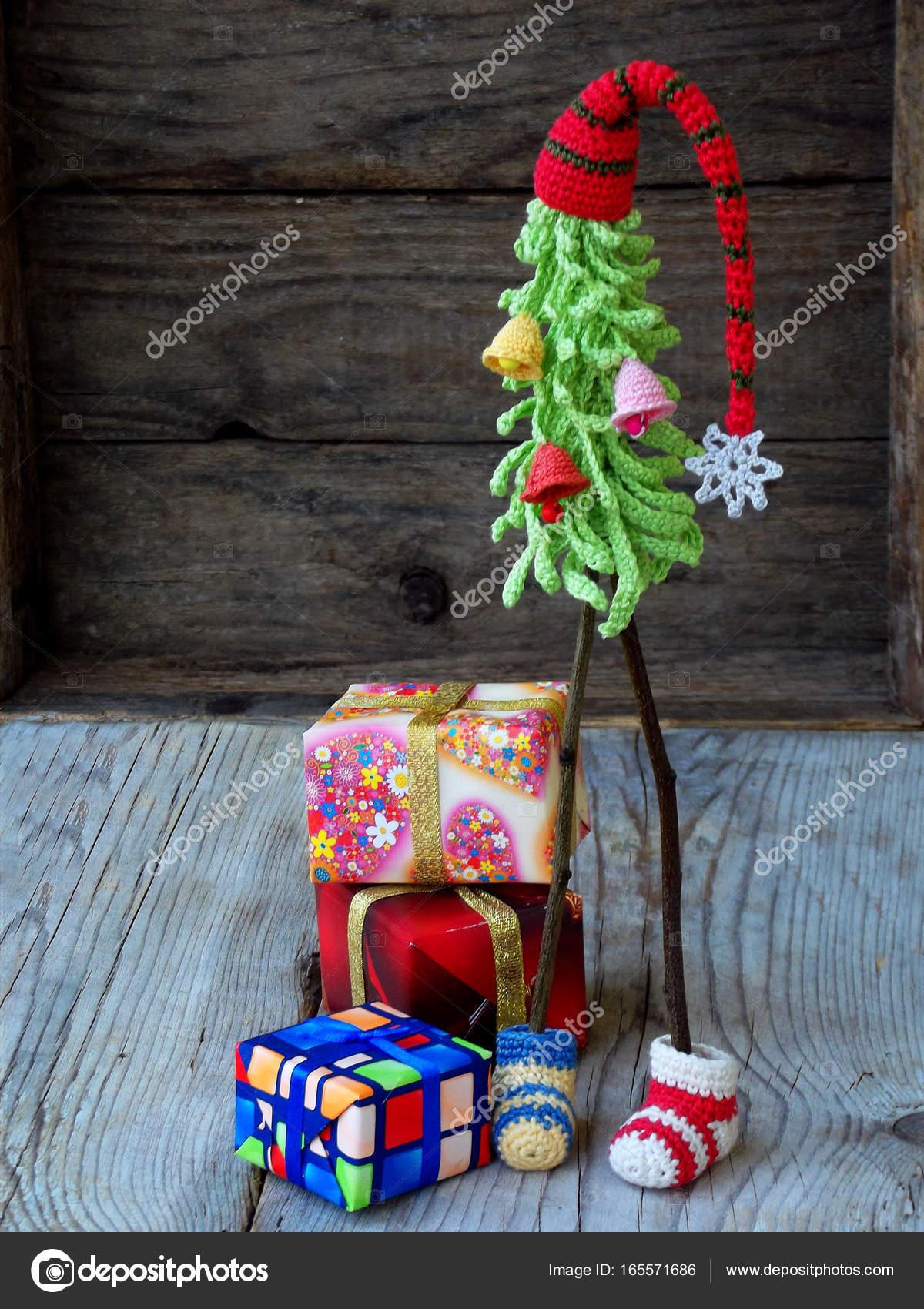Creatieve Haak Kerstbomen Met Giften Op Houten Achtergrond