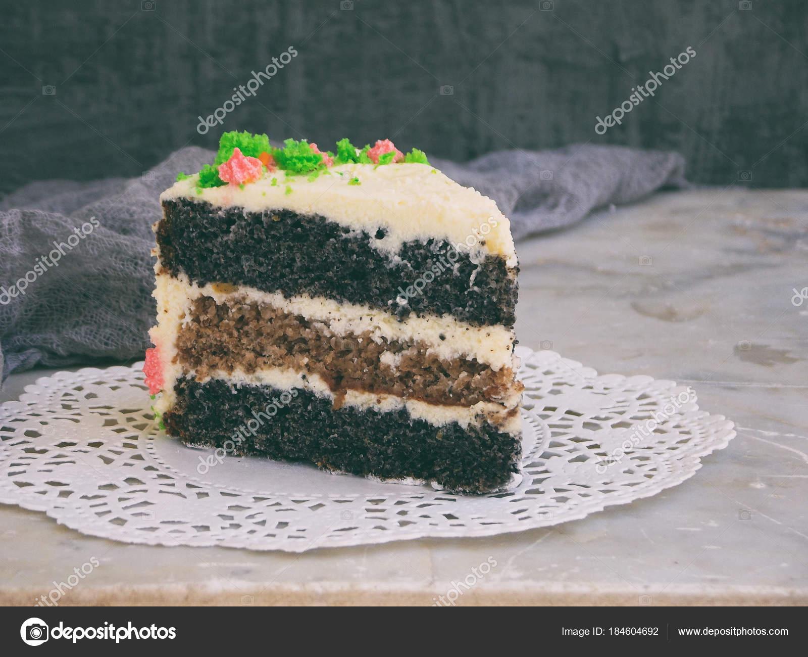 Mohn Kuchen Mit Nuss Zwieback Und Kase Sahne Auf Hellem Hintergrund