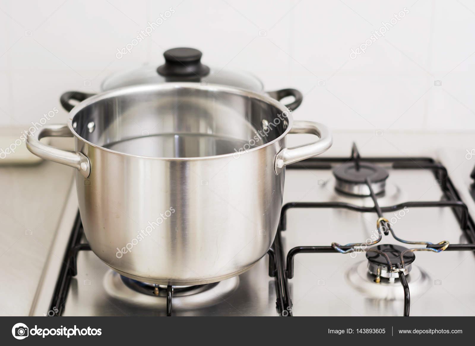 Edelstahl Kochtopf auf Gasherd — Stockfoto © rarrarorro ...